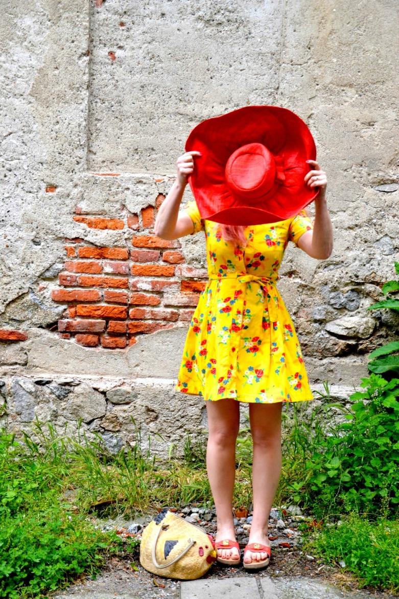 abito giallo vintage Zoccoli Sholl Pescura Corallo, vestito giallo con papaveri, cappello paglia rosso, borsa gallina